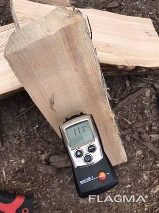 Brennholz durch atmosphärische und Kammertrocknung gehackt.
